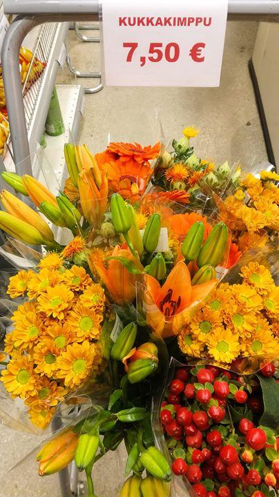 Saimme kauppaan kivannäköisiä kukkakimppuja. Eräs asiak...